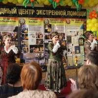 Звучат русские народные песни на открытии центра помощи Уральского тура Доброй воли в Оренбурге