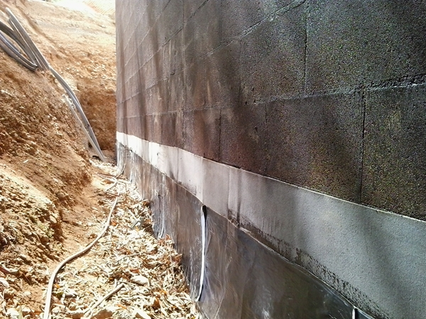 a layer of 1.5mm self adhesive tanking membrane is stuck over the plastic DPM and onto the reinforcing strip