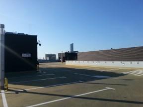 Dach Renomy, a raczej pętrowego parkingu, dobudowanego do Renomy, służy nie tylko jako kolejny parking, ale latem jest tu organizowane kino pod chmurką. Przede wszystkim jest to fajna przestrzeń i cudowny plener do robienia zdjęć. Sam dach też jest bardzo fotogeniczny :)