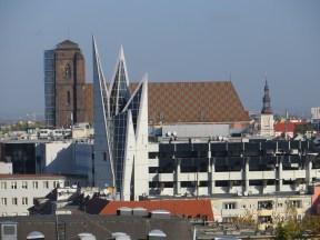 Tu widok bardziej na wschód, w tle kościół św. Marii Magdaleny, a na pierwszym planie postmodernistyczna wieża... nowoczesnego parkingu.