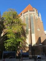 Kościół Św. Doroty z gigantycznym, liczącym kilka pięter wysokości dachem.
