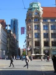 Na pierwszym miejscu imponujący gmach domu handlowego Feniks - przed wojną ta narożna wieża była zwieńczona kulą ziemską - a w tle kościół Św. Marii Magdaleny w remoncie. Widzicie ten mostek między wieżami? Nie mogłem sobie odmówić przyjemności, by się tam nie wdrapać, ale o tym w kolejnym wpisie :)