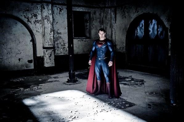 Superman (Henry Cavill) visita o que restou da Mansão Wayne