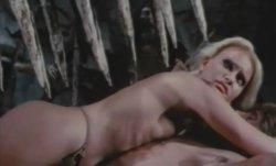 Plus: Folter-Szenen mit Blondinen in Bikinis
