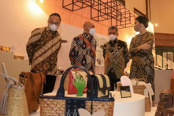From left to right: President Commissioner Bank BRI Kartika Wirjoatmodjo, Minister of Cooperatives and SMEs of the Republic of Indonesia Teten Masduki, President Director Bank BRI Sunarso, and Director of Consumer Business Bank BRI Handayani