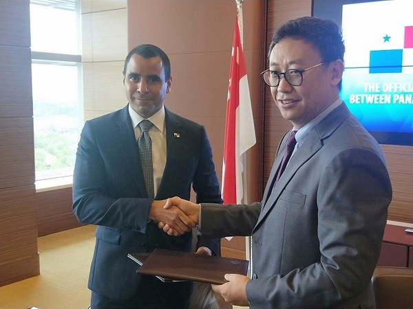 HE Luis Alberto Melo, Ambassador and Consul General of the Republic of Panama to Singapore (left) and Mr. Yang Ling, CEO of Marine Online (right) at signing ceremony