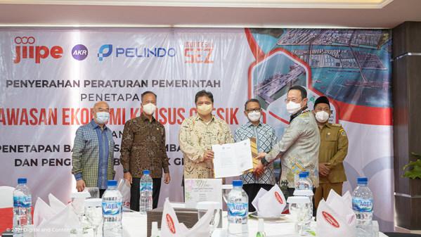 Coordinating Minister of Economy, Airlangga Hartarto, handing over official SEZ status to President Director of PT BKMS Bambang Soetiono Soedijanto