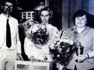 Bente Rotzler (th.) modtager Svend A. Hellesens lederpris.