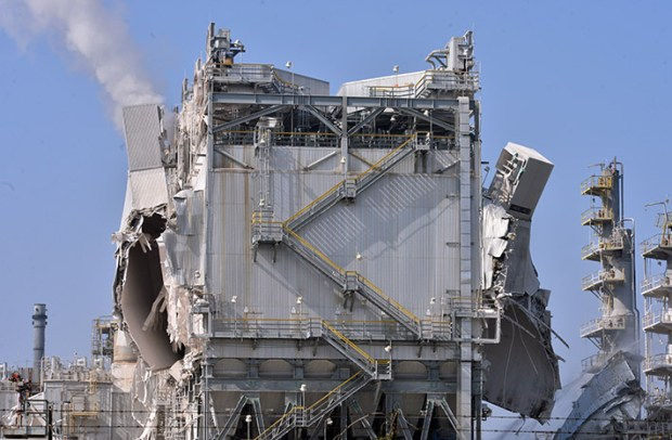 A buildup of excessive pressure destroyed the huge fluid catalytic cracking unit at the ExxonMobil plant in Torrance. (Photo by Brad Graverson/The Daily Breeze)