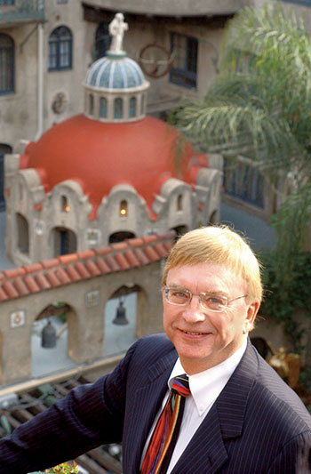 ORG XMIT: LOOKINGHEADxxB.jpg (Metro, Riverside, 11-21-03) Portrait of Mission Inn owner Duane Roberts overlooking the Spanish Patio at the Mission Inn in downtown Riverside, Calif., November 21, 2003. For a story on the 100th anniversary of the Mission Inn. (The Press-Enterprise/Silvia Flores)
