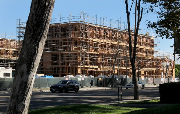 The 363-unit project at 21221 Oxnard Street in Woodland Hills is one of 529 new apartment buildings completed or under construction in Southern California., The project is owned by the AERC Warner Center and is being developed by Fairfield Development. (Photo by Dean Musgrove, Los Angeles Daily News/SCNG)