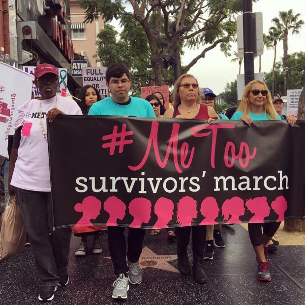 """Centenares de mujeres, niñas y algunos hombres gritaban """"¡No means no!"""" mientras marchaban con letreros donde se leía el hashtag #MeToo, mediante el cual, mas de un millón y medio de personas en menos de un mes han denunciado abuso y acoso sexual a través de las redes sociales. Foto Karla Amezola"""