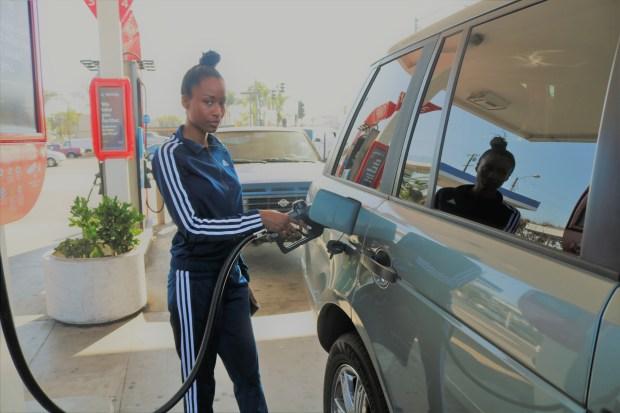 Toya Martin, programadora de computadoras de la ciudad de Orange, dijo a Excélsior que se asegurará de firmar la petición de derogación del impuesto a la gasolina. / Jorge L. Macías