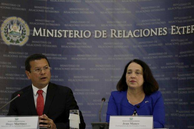 """ES1001. SAN SALVADOR (EL SALVADOR), 08/01/2018.- El canciller salvadoreño, Hugo Martínez (i), habla junto a la embajadora de Estados Unidos en El Salvador, Jane Manes (d), durante una rueda de prensa hoy, lunes 8 de enero de 2018, en San Salvador (El Salvador). El Gobierno de El Salvador pidió hoy calma a los compatriotas en los Estados Unidos amparados en el Estatus de Protección Temporal (TPS), tras la cancelación de este programa que beneficia a más de 190.000 salvadoreños, y aseguró que seguirá gestionando una """"solución permanente"""" para estas personas. EFE/Rodrigo Sura"""