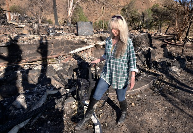Sarah Olson walks past the front of her former home with her surviving cat Serengeti in a cat carrier. Olson says she was awakened by the smoke detector at the home she was renting on Kagel Canyon Road after the Creek fire broke out, which allowed her to grab one of her cats and a few possessions before fleeing for her life. Lakeview Terrace, CA 1/04/2018 (Photo by John McCoy, Los Angeles Daily News/SCNG)