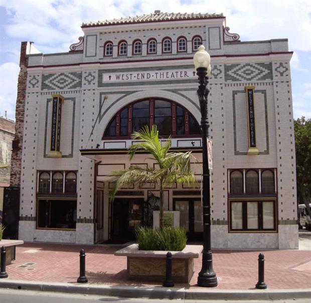Cafe Calacas está ubicado en el que fue el Teatro West End en la Calle Cuatro de Santa Ana (Cafecalacas.com)