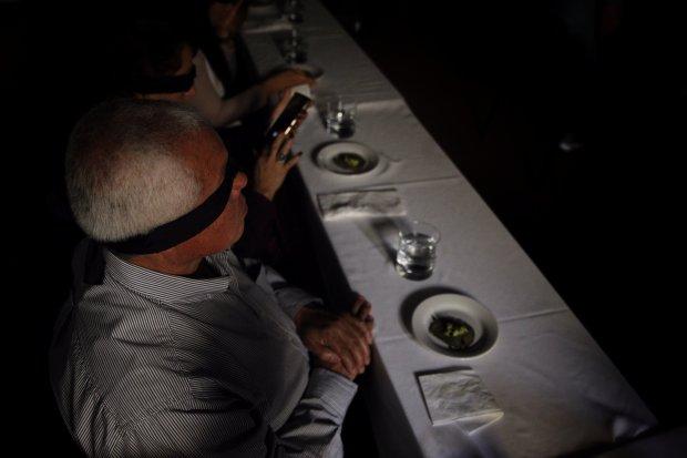Acompaña crónica MÉXICO GASTRONOMÍA - MEX03. CIUDAD DE MÉXICO (MÉXICO), 07/02/2018.- Fotografía fechada el día 02 de enero de 2018, que muestra comensales durante la cata de insectos realizada por el chef mexicano Irad Santacruz, en Ciudad de México (México). En la oscuridad y con los ojos vendados, los invitados comen los insectos preparados por el cocinero Irad Santacruz en una degustación que rompe tabúes y sensibiliza con el sabor de estos animales considerados el alimento del futuro. EFE/Sáshenka Gutiérrez