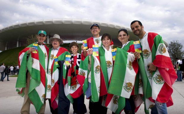 MEX16. GUADALAJARA (MÉXICO), 14/10/2011.- Un grupo de fanáticos mexicanos posan hoy, viernes 14 de octubre de 2011, a su llegada a la ceremonia de inauguración de los XVI Juegos Panamericanos de Guadalajara, en el estadio Omnilife en esta ciudad. EFE/Leopoldo Smith