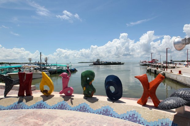 """MEX10.HOLBOX- (MÉXICO), 13/02/2018.- Vista general hoy, martes 13 de febrero de 2018, de un muelle en la isla de Holbox, área protegida en el estado de quintana Roo (México). La aplicación de estrategias de sostenibilidad a la actividad turística de México han dado un gran impulso a la creación de áreas naturales protegidas, que desde 2012 registraron un crecimiento de 257 %, informó hoy la Secretaría de Turismo (Sectur).La subsecretaria de Planeación y Política Turística de la Sectur, Teresa Solís, indicó que se está trabajado """"en un programa de ordenamiento turístico sostenible, consensuando con los destinos un programa de ordenamiento turístico sostenible para todo el país a nivel nacional"""", con el fin de continuar este crecimiento. EFE/Alonso Cupul"""