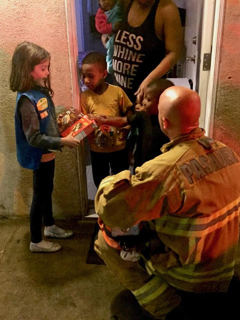 Daisy Scout Julianna Lembeck, 5, handed out Girl Scout cookies to those affected by a fire at the Wonder Inn on Feb. 6, 2018, in Pasadena. (Courtesy of Jim Lembeck)