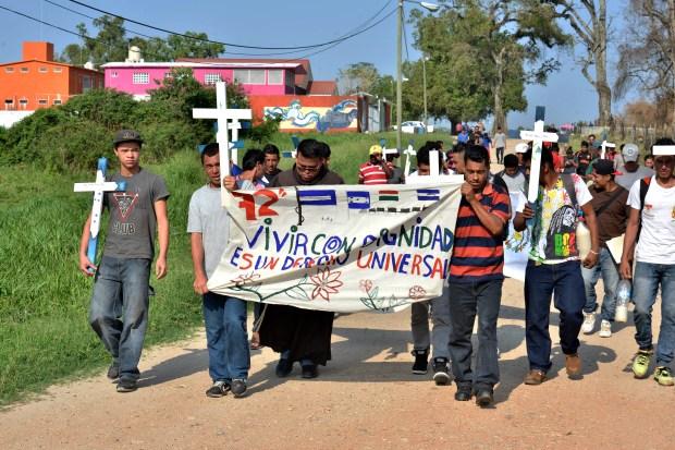"""TEN01. TENOSIQUE (MÉXICO), 14/04/2017.- Ciudadanos centroamericanos caminan durante su recorrido por Tenosique, en el estado de Tabasco (México), frontera con Guatemala, hoy, viernes 14 de abril de 2017, como parte de un """"viacrucis"""" a su paso obligado por este país hacia EE.UU. y el """"Sueño Americano"""". Cansados y acalorados, pero llenos de esperanza, un centenar de indocumentados recorre estos días México en un Viacrucis del Migrante para denunciar la violencia que padecen en su ruta hacia Estados Unidos y exigir un trato digno de las autoridades. EFE/ Jaíme Avalos"""