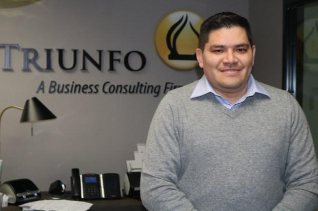 El ecuatoriano Carlos Guamán, propietario y director ejecutivo de The Triunfo Corporation ha puesto en desarrollo el programa Emprendedor@s, donde los participantes aprenden cada paso que deben tomar para tener éxito en la apertura de sus propios negocios. (Jorge Macias)