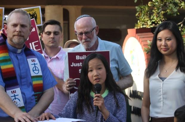 La niña Emy Chen, a sus escasos 10 años ya ha podido experimentar el discurso de odio que se vive en su ciudad natal: Los Alamitos. (Jorge L. Macias )
