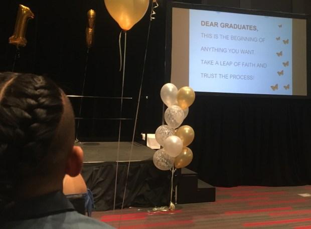 Un mensaje para los graduados al inicio de la ceremonia en en la primera Undocugraduation de la Universidad de California Northridge (CSUN). (Eileen Truax, especial para Excelsior)