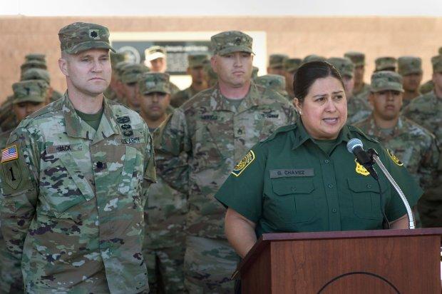 Gloria Chavez, jefa de la Patrulla Fronteriza de Estados Unidos del El Centro Sector, habla durante una rueda de prensa para anunciar la llegada de 51 miembros de la Guardia Nacional que ayudarán a la patrulla fronteriza de El Centro Sector en labores de vigilancia en la frontera con México, hoy, lunes 14 de mayo de 2018, en Imperial, California (EFE/David Maung)