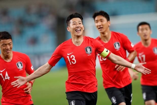 El delantero surcoreano Heungmin Son (c) celebra tras marcar el primer gol ante Honduras durante un encuentro amistoso entre ambas selecciones disputado en el Estadio de Daegu en Daegu, Corea del Sur, hoy, 28 de mayo de 2018. EFE/ Jeon Heon-kyun