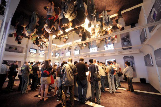 Asistentes a la feria del videojuego E3 disfrutan en una cabina de Sony en el día de apertura del evento E3 Expo 2009 en Los Ángeles, California (EEUU), hoy 2 de junio de 2009. (EFE/ANDREW GOMBERT)