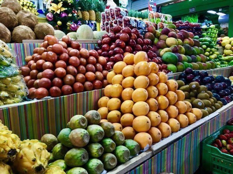 frutta tropicale pitaya granadilla tomate al mercade paloquemao bogotà colombia