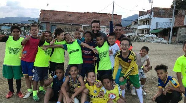 Volontariato in Colombia alla Comuna 13 di Medellin Mattia Fiorentini viaggiatore e guida di Scomfort Zone sostiene la squadra di calcio di Sembrando Paz y esperenza
