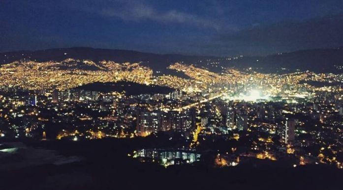 medellin di notte luci città colombia comuna 13