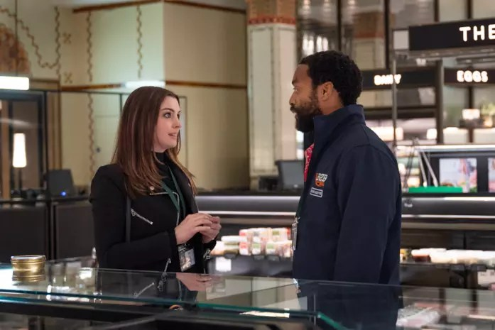 Anne Hathaway e Chiwetel Ejiofor in Locked Down