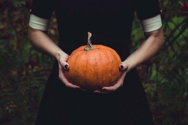 girl-holding-pumpkin-min