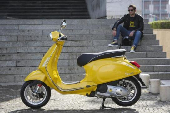 vespa sprint 150 amarela