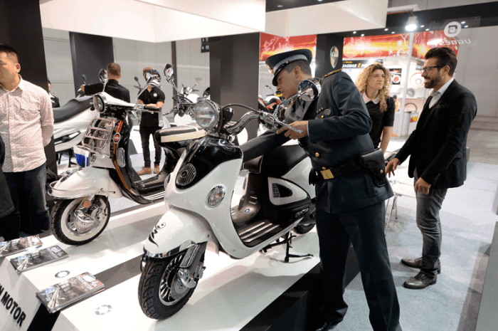 A Guardia di Finanza officer inspects an Aprilia Mojito clone. Source: Piaggio Group