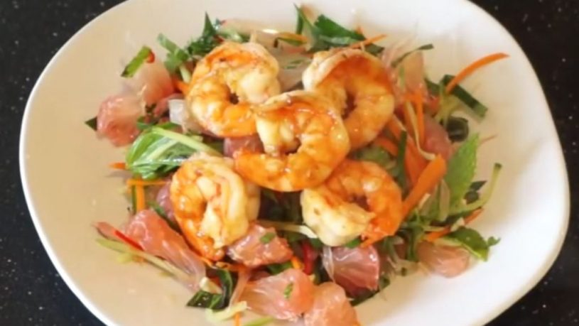 Salad with pomelo and shrimp