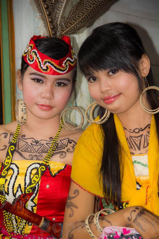 Penari penari Suku Dayak yang cantik