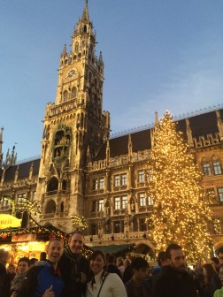 How beautiful is this Christmas Market at the famous Marienplatz at night?!