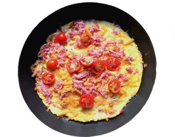Egg Pizza - Ham and Tomato