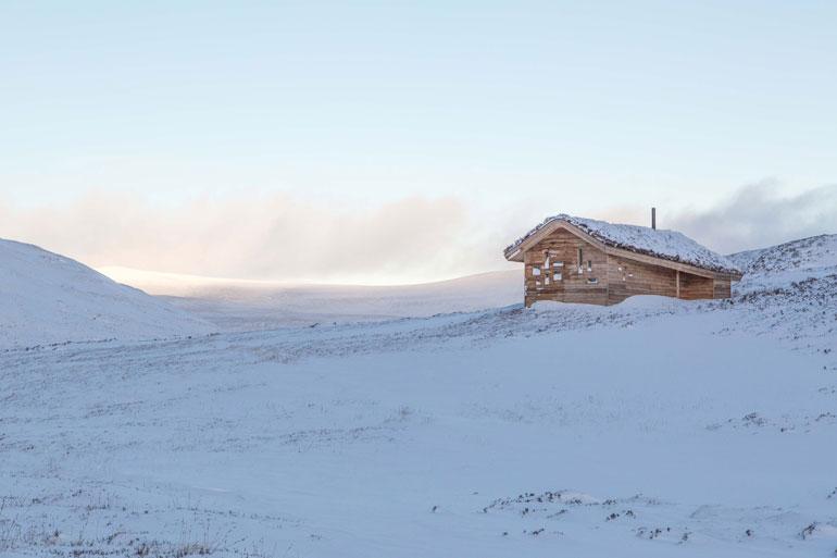 modernist-highland-hut-moxon-architecture-residential_dezeen_2364_col_2-1