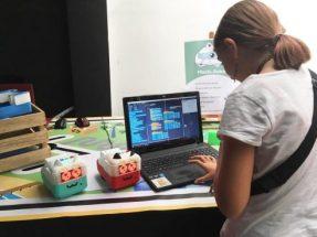 Nena programant Mochi Robot STEM