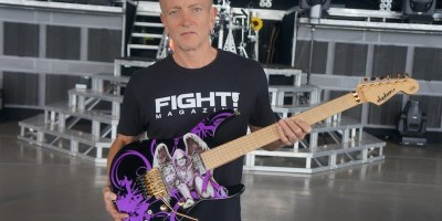 Phil_Collen_with_Cancer_Charity_Guitar