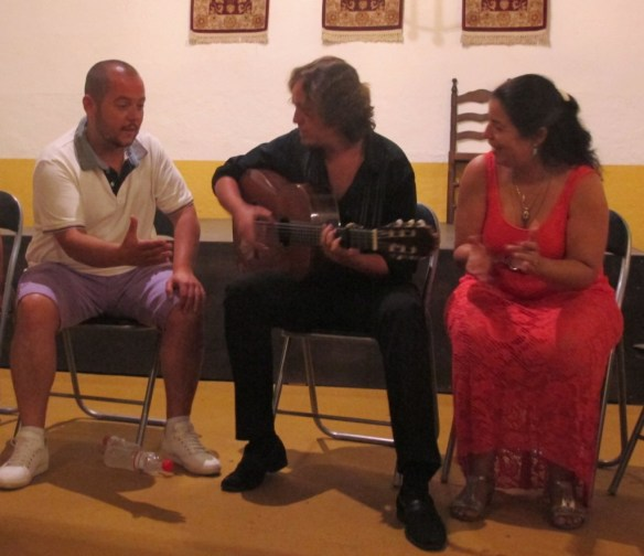 Jeromo, who comes Huelva, sings as Luis accompanies him on guitar, and co-owner Maria with palmas clapping hands).
