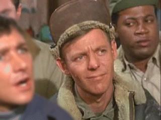 Le Sergent Technique américain Andrew J. Carter (lieutenant dans l'épisode pilote) est chargé des munitions et de la fabrication de bombes