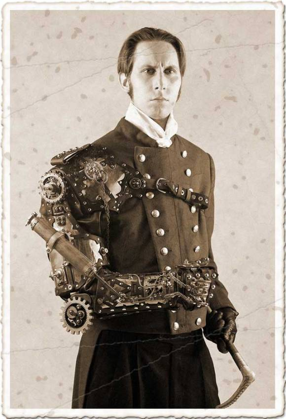 L'écrivain américain Geoffrey D. Falksen costumé en style steampunk.