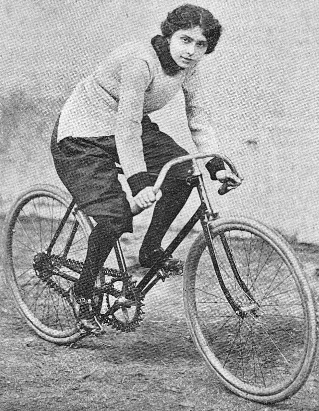 Hélène Dutrieu en 1898
