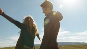 Supergirl e Flash, no episódio 18 da série.